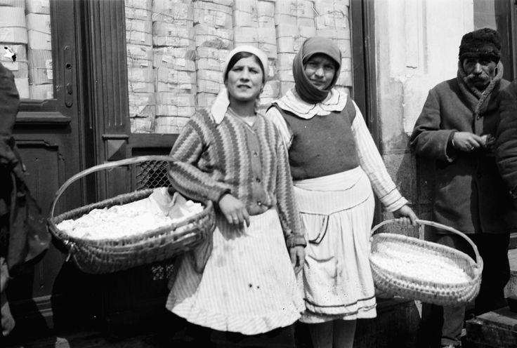 Gypsies (?) selling corn, April 1932