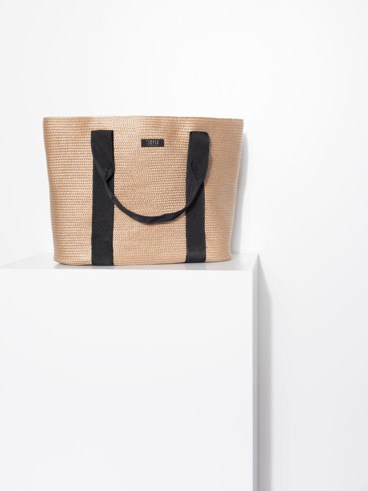 Słomiana torba w beżowym kolorze na czarne ucha. Wakacyjny styl przełamują dwa czarne paski idące przez szerokość torby. Idealne rozwiązanie dla pań, które pragną podkreślić letni look, jak i przełamać miejską stylizację odrobiną egzotyki. Wymiary: 40cm x 26cm