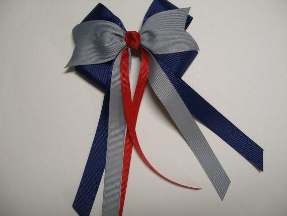 Arco de pelo rojo gris azul marino claro a porristas uniforme