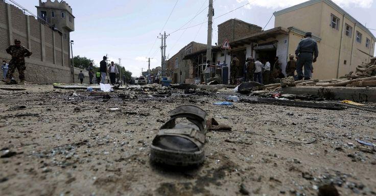 20150517 - Sandália de vítima é esquecida em rua de Cabul atingida pela explosão de um carro-bomba neste domingo (17). O atentado tinha como alvo um veículo da União Europeia, que foi destruído próximo ao aeroporto internacional da capital afegã, matando pelo menos três pessoas - sendo um britânico  PICTURE: Omar Sobhani/Reuters