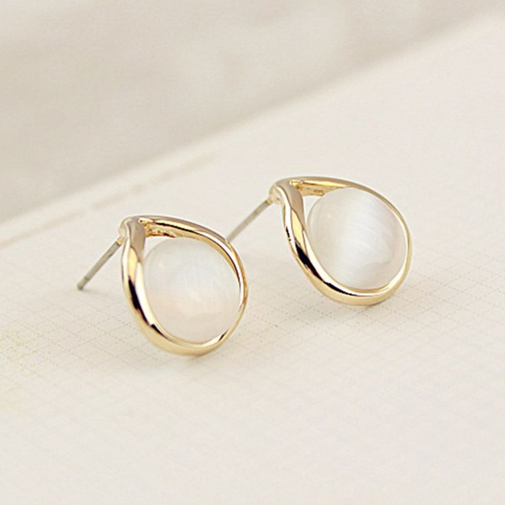 a golden platted earring with a decent pearl. It is pair of earring for use in formal function .