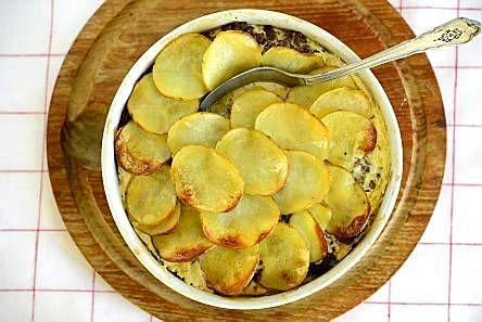 Perunasta ja jauhelihasta valmistuu helppo arkiruoka. Jauheliha-perunalaatikko on tuhtia talviruokaa.