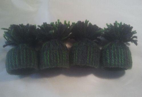 Jag har verkligen förälskat mig i dessa små luvor att jag nu gör med flera olika färgkombinationer. Först ut blev det en kombination med grönt och grått garn.