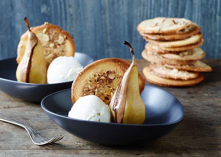 Mangler du inspiration til sommerdesserter? Prøv opskriften på denne dessert med pære, is, chokolade og marcipanchips. Find Odense Marcipans opskrifter her!