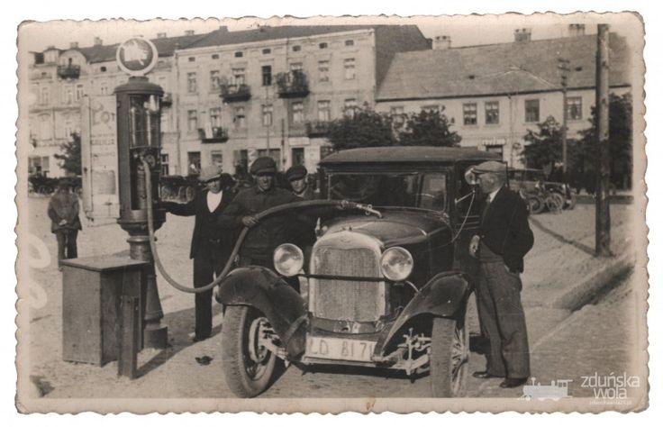 """Stacja benzynowa Galicyjskiego Towarzystwa Naftowego """"Galicja"""" S.A., Zduńska Wola, Rynek, przełom lat 20/30-tych XX w."""