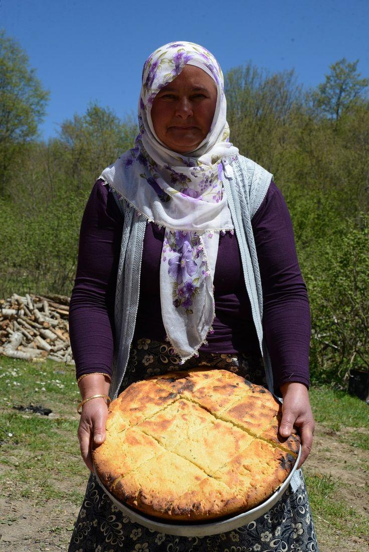 """Pileki Ekmeği  Külde pişen ekmeklerin kültür tarihimizde belirli bir yeri vardır. Orta Asya'dan Anadolu'ya gelen Türkler Anadolu'da da bütün konuklarını doyurmaya yetecek büyüklükte """"Büyük Şölen Kömeçleri"""" yapmaya devam etmişlerdir."""