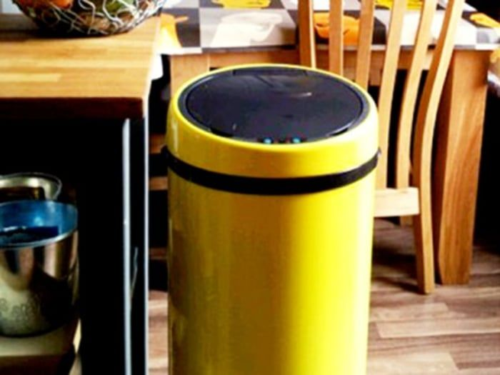 This 50 litre touch-free sensor bin in yellow, is hygienic and practical.