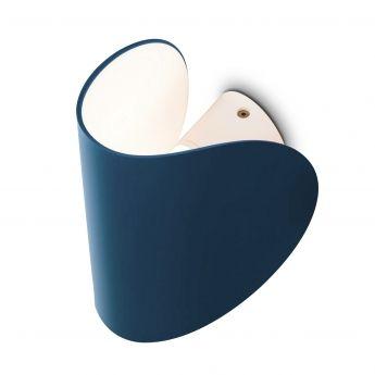 Applique IO – Bleu – H10,5 cm – Fontana Arte L'applique design IO de la marque Fontana Arte pousse à l'extrême le concept de personnalisation de la lumière. Avec ce luminaire design vous avez la possibilité de moduler à l'infini la lumière qui en émane. Pour cela, l'applique évolue autour d'un double axe de rotation, tandis que le diffuseur extérieur ouvre ou ferme plus ou moins la lumière dans son mouvement vers le haut ou le bas.