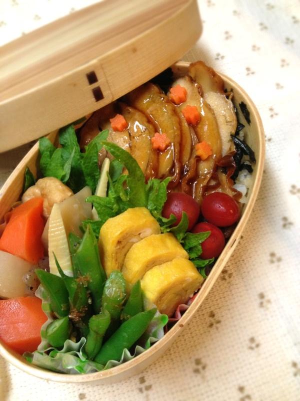 Twitter from @kumaizumi そして、今日は集中デスク仕事がてんこ盛り~。 本日のお弁当■鶏肉の蒲焼丼、根菜の煮物、インゲンのおかか和え、卵焼き #obento #obentoart