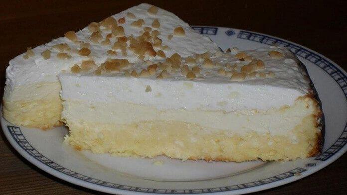 postup: 1) Troubu si předehřejeme na 180 stupňů a připravíme si dortovou formu – vymažeme, vysypeme nebo ji vyložíme pečícím papírem. 2) Tvaroh smícháme s nastrouhanou citrónovou kůrou, vejci a máslem. Přidáme špetku soli a sladidlo podle chuti. Vše promícháme mixérem na krémovou hmotu a přidáme dvě lžíce pudinkového prášku. Znovu promícháme. 3) Zakysanou smetanu …
