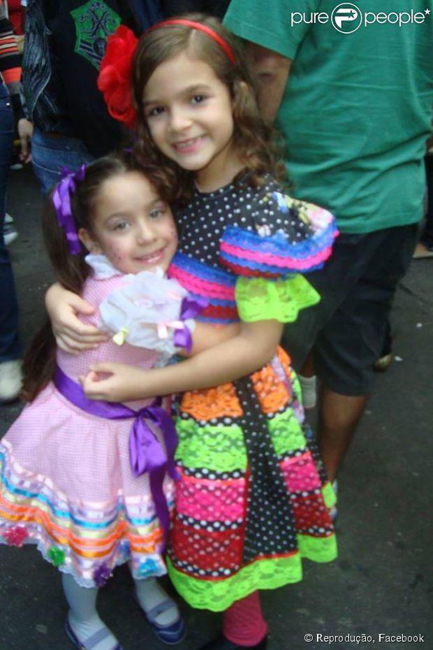 Mel Maia posa sorridente com um amiga na festa da escola. Ela também recebeu uma fã, que chegou de surpresa no local do evento, e foi bem atenciosa