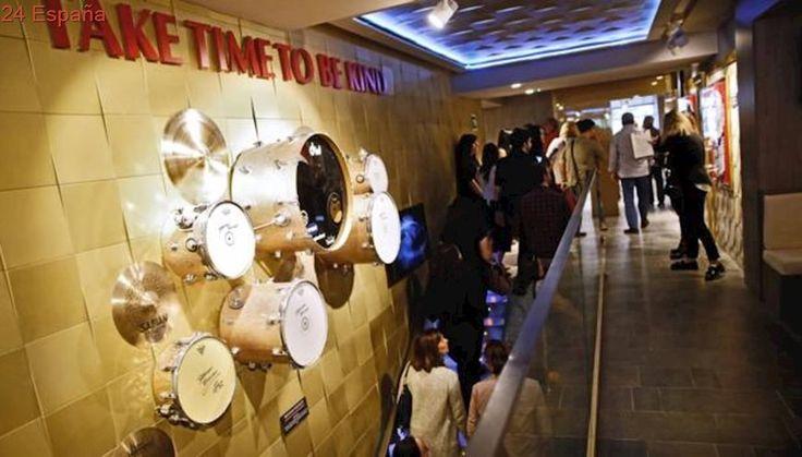 Hard Rock Café Valencia celebra su inauguración con música en directo en la plaza del Ayuntamiento