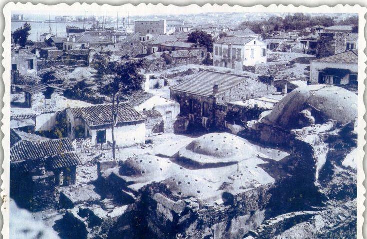 Τα μικρότερα Οθωμανικά Λουτρά του Φρουρίου Αρχείο Γιάννη & Μαρίας Χωρέμη  Στο Φρούριο Χίου υπήρχαν δύο Οθωμανικά Λουτρά, τα μεγάλα και τα μικρά. Στη φωτογραφία φαίνονται τα μικρά λουτρά τα οποία μετά τη Μικρασιατική Καταστροφή αποδώθηκαν σε ιδιώτη, παραμένοντας ιδιωτική κτήση, ως σήμερα.