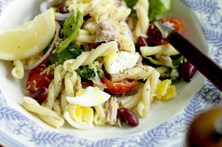 Snabb och matig vardagssallad med blandade bönor, pasta, tonfisk och ägg!