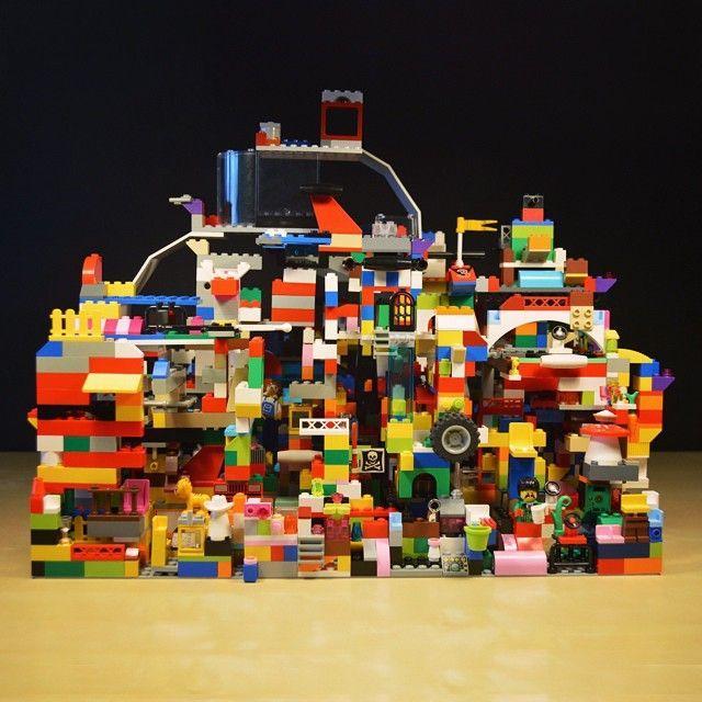 """Неделю назад мы с пятиклассниками затеяли построить сооружение, используя ВСЕ имеющиеся детали #LEGO. Стройка все еще продолжается. Когда начали строить, я вспомнил про здание """"Хабитат-67"""" Оказывается, не зря! При его проектировании архитектор Моше Сафди использовал блоки #лего Вот так новость, ага? Из этой стройки должен получится неплохой фильмец"""