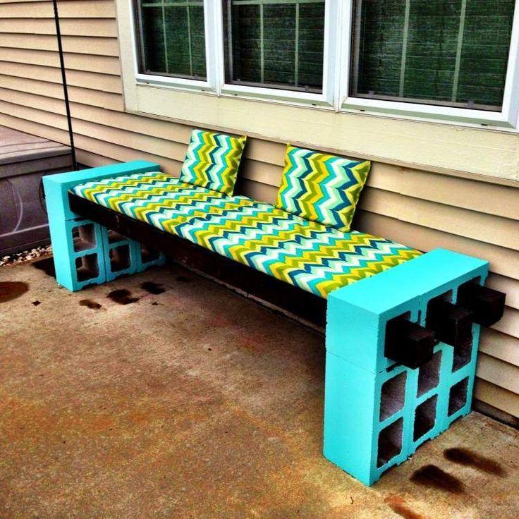 canapé DIY en parpaings peint en bleu avec coussins à motif chevron