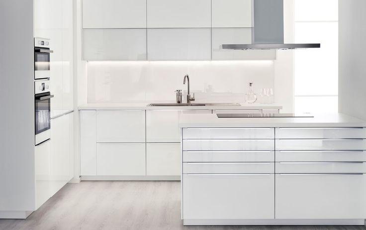 Modernt vitt IKEA kök med vita bänkskivor och vitvaror i rostfritt stål
