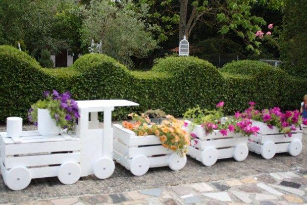 Kreativita niektorých ľudí je skutočne obdivuhodná. Dokonca aj nepotrebný odpad dokážu premeniť na úžasné výtvory, ktoré obdivuje celé okolie. Dnes vám prinášame krásnu inšpiráciu od zručného muža, ktorý vyhodené bedničky premenil na pýchu svojej záhrady. Jeho skvelým nápadom sa môžete inšpirovať aj vy! :-) zdroj:texnotropies