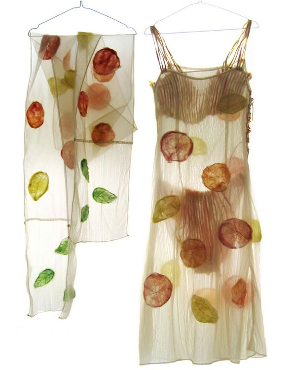 Blooming fabric. Beatrice Oettinger is een textiel kunstenaar. Beatrice Oettinger is a textile artist. She combines delicate textiles with bits of nature to create these mind-blowing pieces.