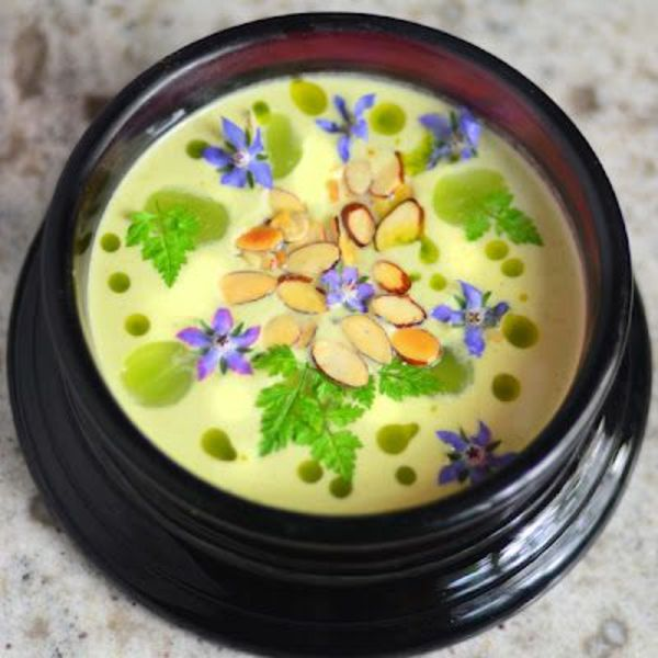 Soupe avec des amandes, menthe et fleurs violettes