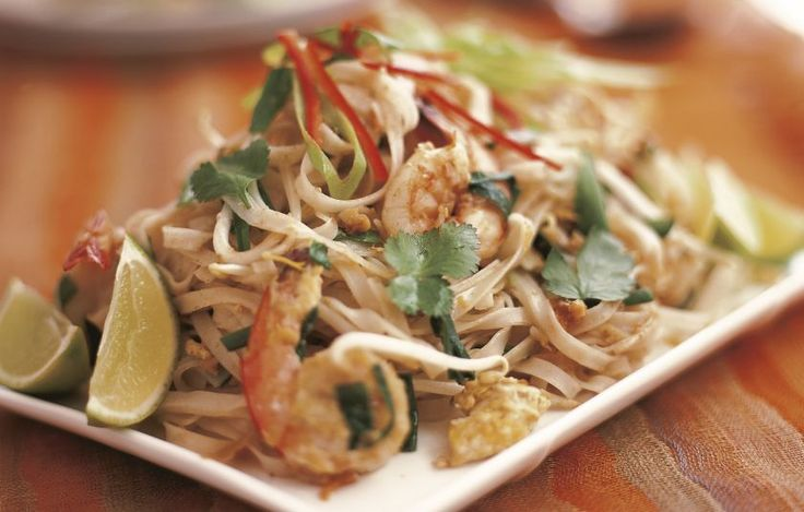 Ένα από τα πιο διάσημα πιάτα της Ταϊλάνδης. Αν δεν το δοκιμάσουμε όταν επισκεφτούμε την Ταϊλάνδη, είναι σαν να μην πήγαμε ποτέ. Μπορούμε να αντικαταστήσουμε τις γαρίδες με κάποιο κρεατικό.