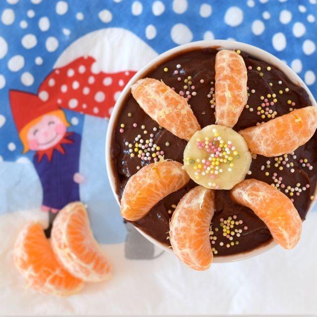 Il budino al cioccolato fatto in casa è l'ideale per la merenda dei bambini. Possiamo aggiungere frutta fresca e così sarà buono e goloso.