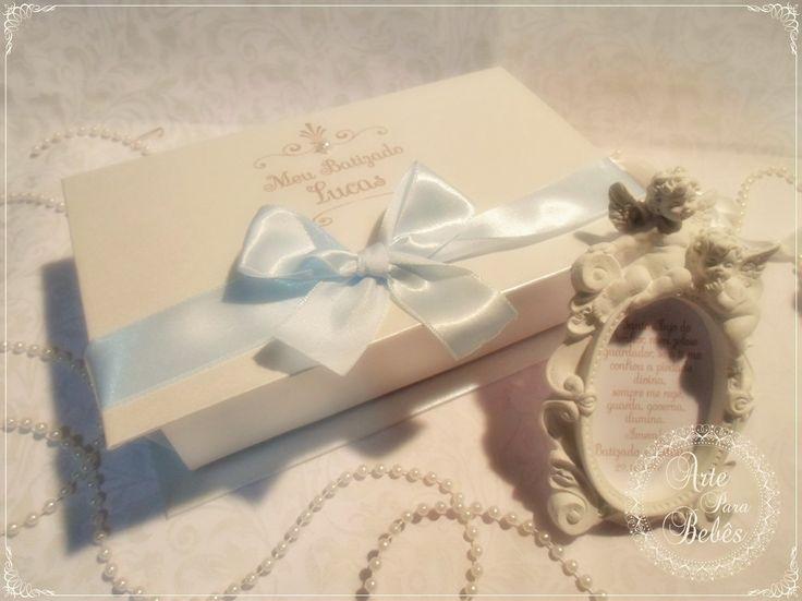 💙👼💙Olha que mimo o presente para os padrinhos do Lucas!!!💙👼💙  Essa caixa linda é feita em MDF e cartonagem com impressão a laser.  O quadrinho de gesso também foi personalizado com uma singela oração.    Esse modelo é novinho e ainda nem deu tempo colocar no site, mas quis vir logo mostrar para vocês!  Quero muito saber o que acharam, tá!!😘  Lu Lobato      #festa #batizado #caixa #padrinhos  #bebe #mamae #maedemenina #maedemenino #instababy #mae #gestacao #gestação #bebê…