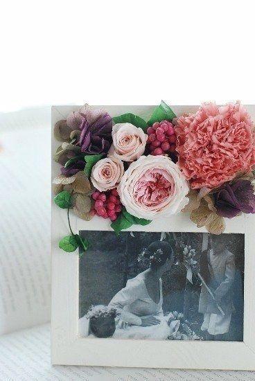 白いフレームにピンクのグラデーションが美しいカップ咲きのバラ、可愛らしいソフトピンクのミニバラ、キャンディピンクのカーネーション。赤いペッパーベリーでちょっぴ...|ハンドメイド、手作り、手仕事品の通販・販売・購入ならCreema。