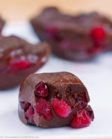 Шоколадно-гранатовые конфеты.  Ингредиенты:свежие зерна граната  шоколад любой (черный, молочный, белый)  формочка для льда или форма для конфет  Засыпать свободно семена граната по формочкам, почти до самого верха. Растопить шоколад на водяной бане или в микроволновой печи. Слегка остудить и разлить по формочкам сверху гранатовых зерен. Поместить в холодильник для застывания.Приятного аппетита!