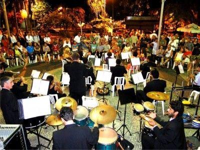 """A Banda Lira de Guarulhos completa no mês de maio 103 anos e a data será comemorada no próximo sábado, dia 14, a partir das 19h, no auditório do Teatro Adamastor Centro. No repertório temas instrumentais, como marchas tradicionais e sambas antigos de compositores brasileiros como Ary Barroso, Zequinha de Abreu, Lupicínio Rodrigues e Noel...<br /><a class=""""more-link"""" href=""""https://catracalivre.com.br/geral/agenda/barato/banda-lira-de-guarulhos-completa-103-anos/"""">Continue lendo »</a>"""