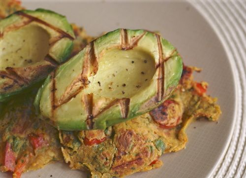 "Grilled Avocado on ""Toast"": a twist on the classic #vegan quick ..."