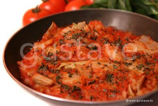 Blettes à l'italienne | 1 kg de blettes, 400 g de coulis de tomates, 2 oignons, 3 gousses d'ail, 2 feuilles de laurier, quelques feuilles de basilic, 4 à 6 cuillerées de parmesan râpé, 4 cuillerées à soupe d'huile d'olive, sel et poivre.
