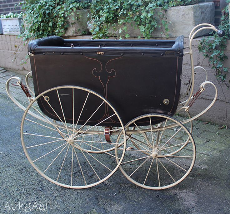 Antieke kinderwagen bruin! http://aukgaaf.com/nl/lifestyle-woonaccessoires-landelijk-wonen-brocante-accessoires/brocante-brocante-meubels-brocante-accessoires/decoratie.html