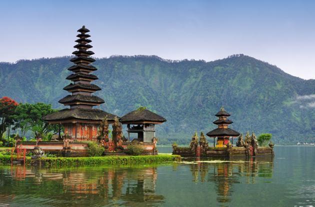 """Bali, Indonésia   Yoga, espiritualidade, spas, massagens, praias, restaurantes orgânicos e mercados. Com tanta diversidade, Bali é um marco para viajantes """"solitários"""" de todo o mundo."""