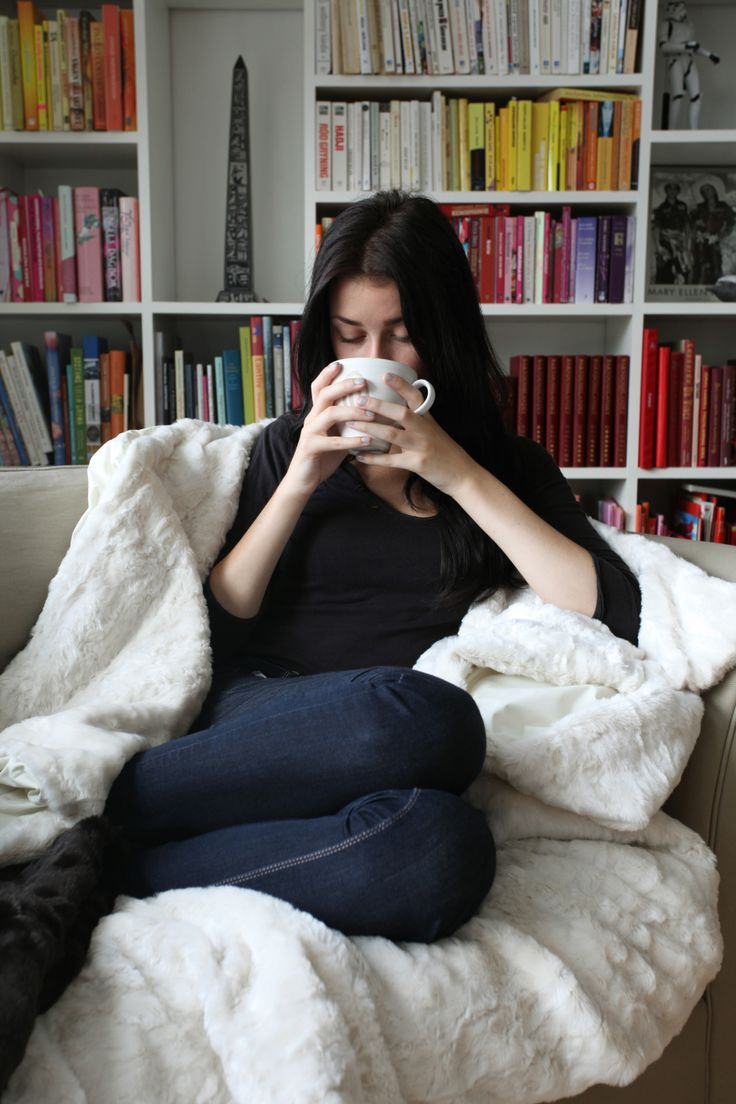Kryp upp i soffan med en filt från vårt HOME sortiment. Cuddle up in the sofa with our HOME Collections www.monimo.se #monimo #fakefur #blanket #MonimoHOME