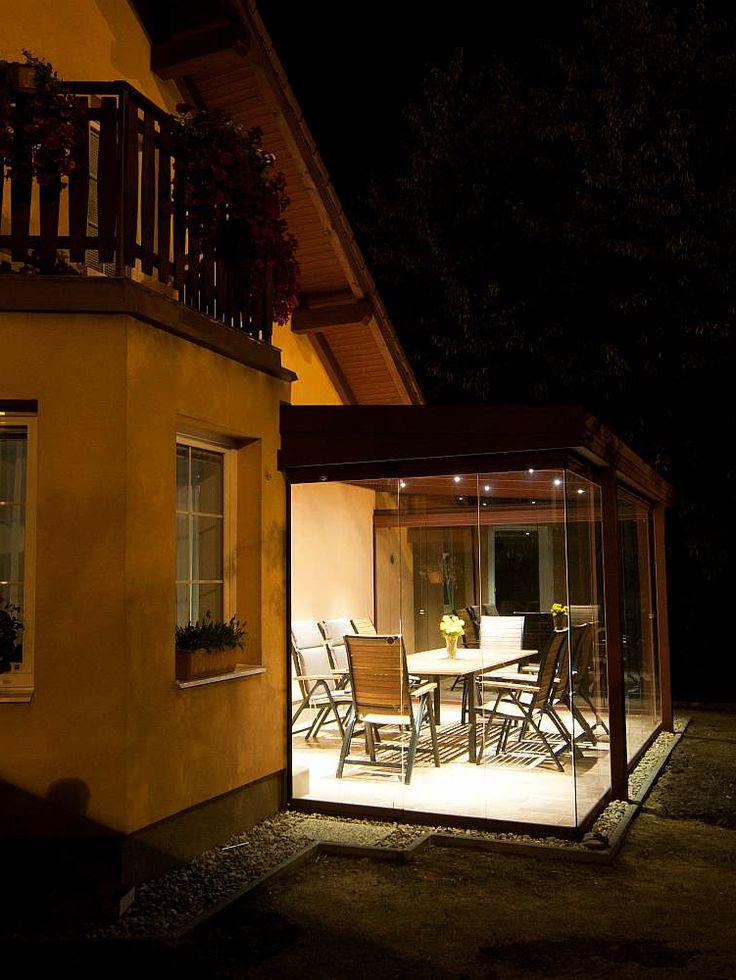 Také máte rádi večerní pohodu na terase či ve vaší zimní zahradě? Zimní zahrady netvoří pouze prostor pro vaše milované rostliny, jak může být z názvu patrné. Jedná se o velmi elegantní způsob rozšíření vašeho domova o další místnost určenou pro relaxaci a trávení volného času.