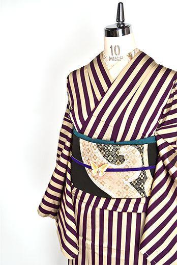 深みのある紫と、銀鼠のようなグレーで織り出された広幅の縞文様が小粋な大正浪漫な詩情ただようアンティークの袷着物です。