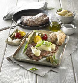 Przepis na Stek z polskiej wołowiny z wielkopolskim serem smażonym #ChOG i piklami