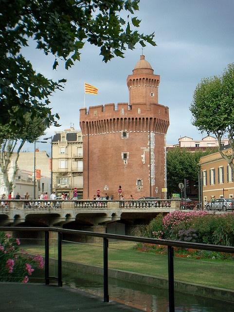 Perpignan, le Castillet. Ancienne tour de la muraille qui entourait la vieille ville, puis prison. Maintenant, c'est un musée de la vie traditionnelle catalane. A visiter!!!