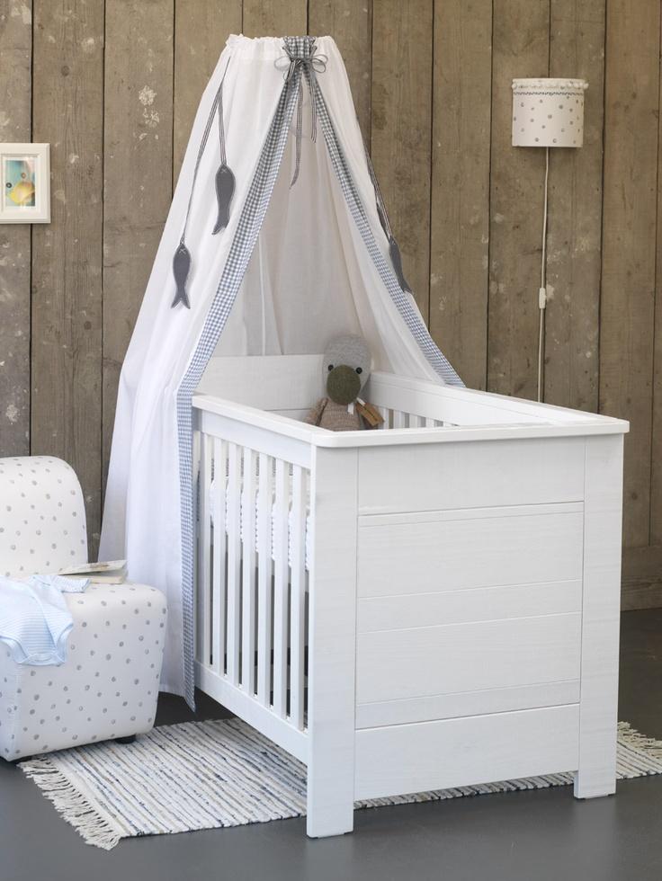 Gaaf idee: houten planken op de muur in de #babykamer | Wooden wall #nursery