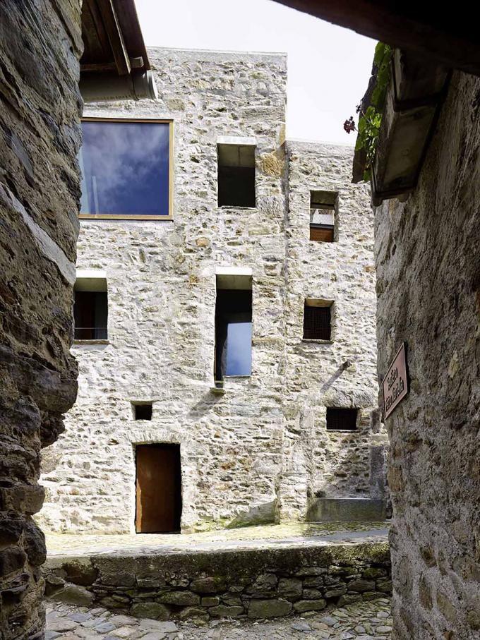 Reforma de una Vivienda de Pieda en Scaiano / Wespi de Meuron Romeo architects. Fotografía © Hannes Henz.