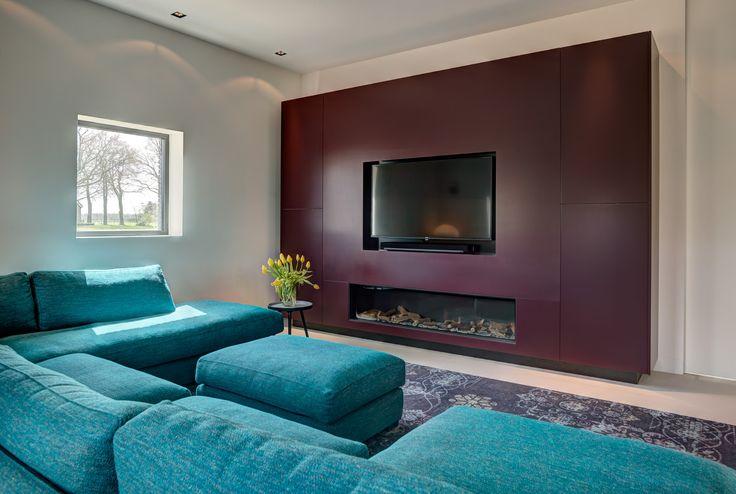 TV wandkast in combinatie met haard. Gemaakt van MDF, in een aubergine kleur gespoten - INHOUT