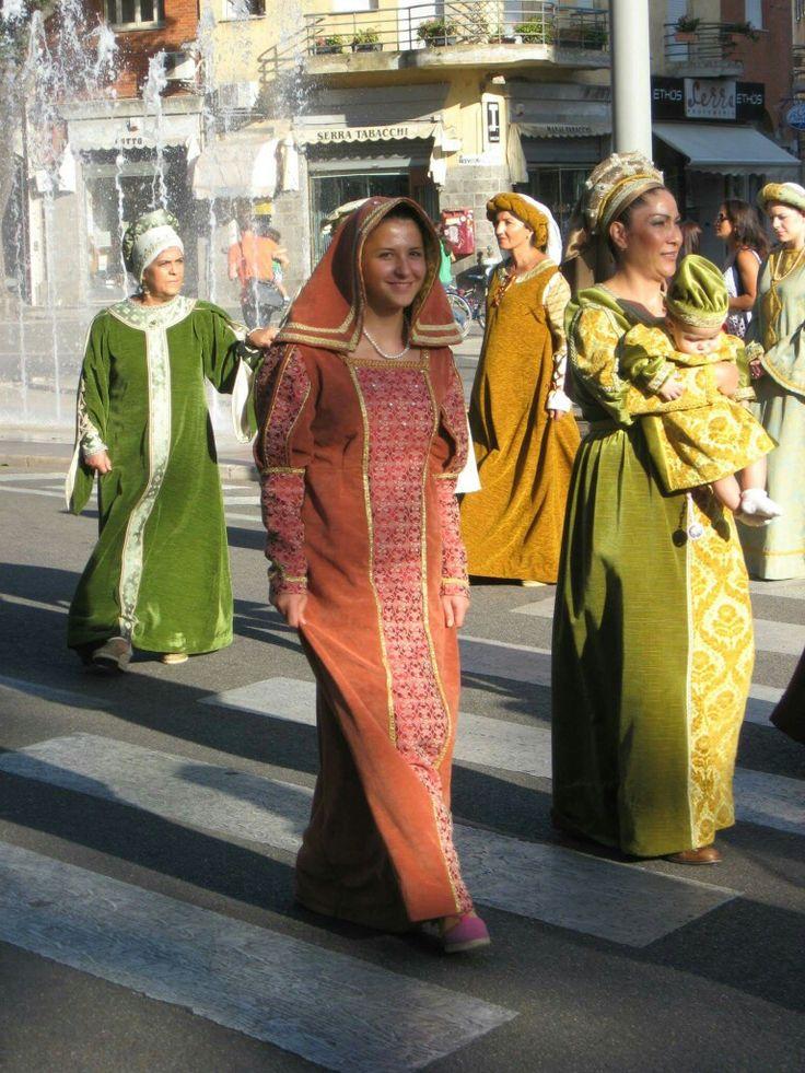 I costumi del corteo del giudicato vengono amorevolmente cuciti da una signora di Terralba, piccolo centro nei pressi di Oristano, e dalle sue figlie. In questa foto alcuni abiti, ricostruiti suo modelli di quelli usati in periodo giudicale.
