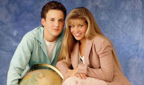 """<p>Cory e Topanga são a meta de relacionamento de qualquer adolescente.</p><p><br/></p><p>Topanga: <a href=""""http://www.taofeminino.com.br/beleza/album1027980/cortes-de-cabelo-com-franja-0.html#p1"""">Franja</a> bem anos 90 e um look todo jeans.</p><p><br/></p><p>Cory: cabelo superencaracolado e jeitinho de menino.</p>"""