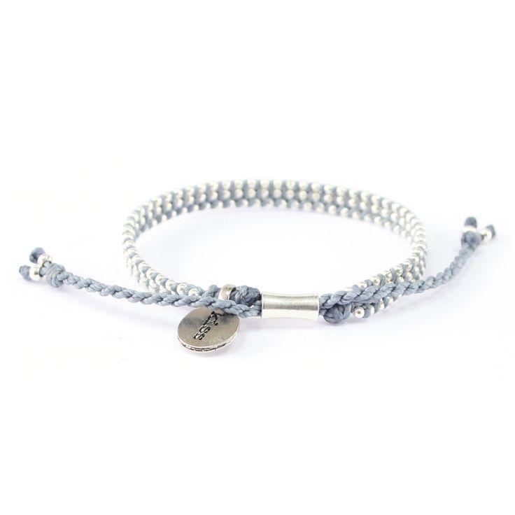 """Vad vill du att din Alla hjärtans dag-gåva ska säga? Den här säger en enda sak: """"Kyss"""". Ett #armband i #blått och #silver ur Wakamis P.S.-kollektion."""