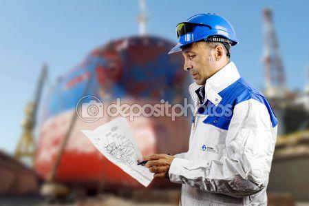 Ingegnere navale con le cianografie sopra il fondo del bacino di carenaggio — Immagini Stock #89212288