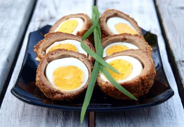 Ovos escoceses, um delicioso prato de carne moída recheada com ovo inteiro! Clique na imagem para aceder à receita! #ovosescoceses #ovos #tudoreceitas