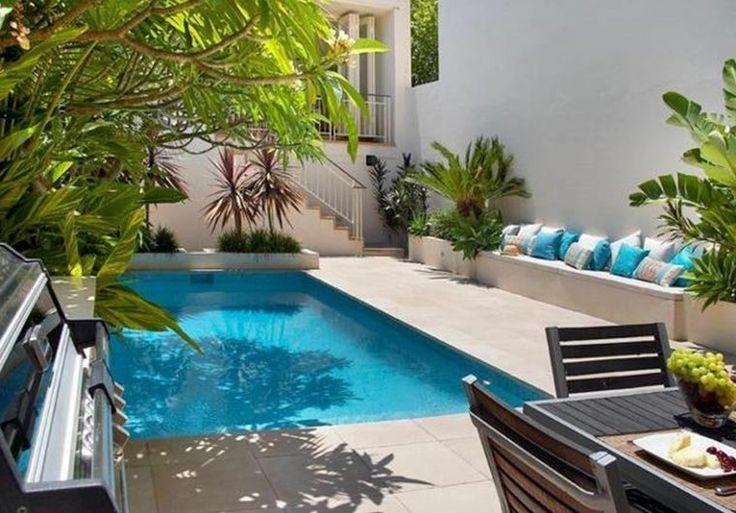 piscine en beton creusée dans un jardin intérieur