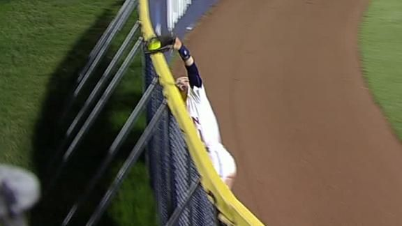 Auburn+outfielder+makes+amazing+over-the-wall+catch #Softball