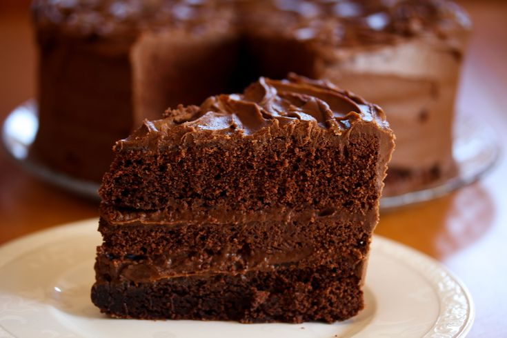 Her har du en fantastisk god sjokoladekake! Som amerikanske kaker flest, er denne sjokoladekaken skikkelig stor, og den er fylt masse digg sjokoladekrem!